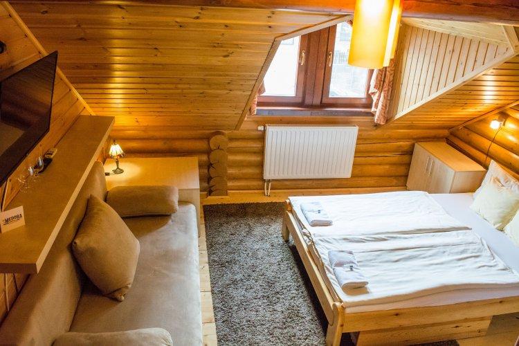 Rönkház kétágyas szoba kanapéval